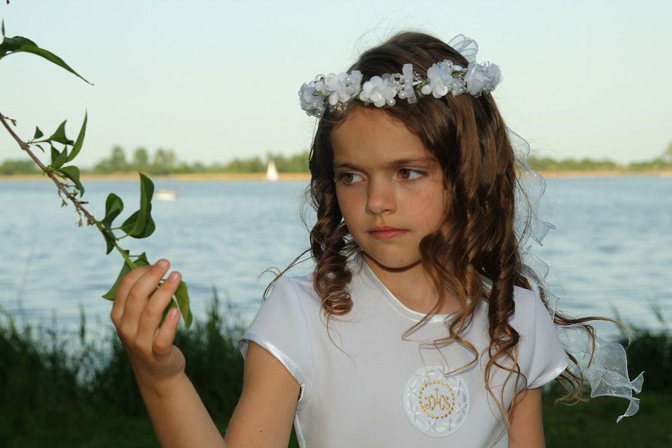 dziewczynka w wianku, zdjęcie z sesji komunijnej