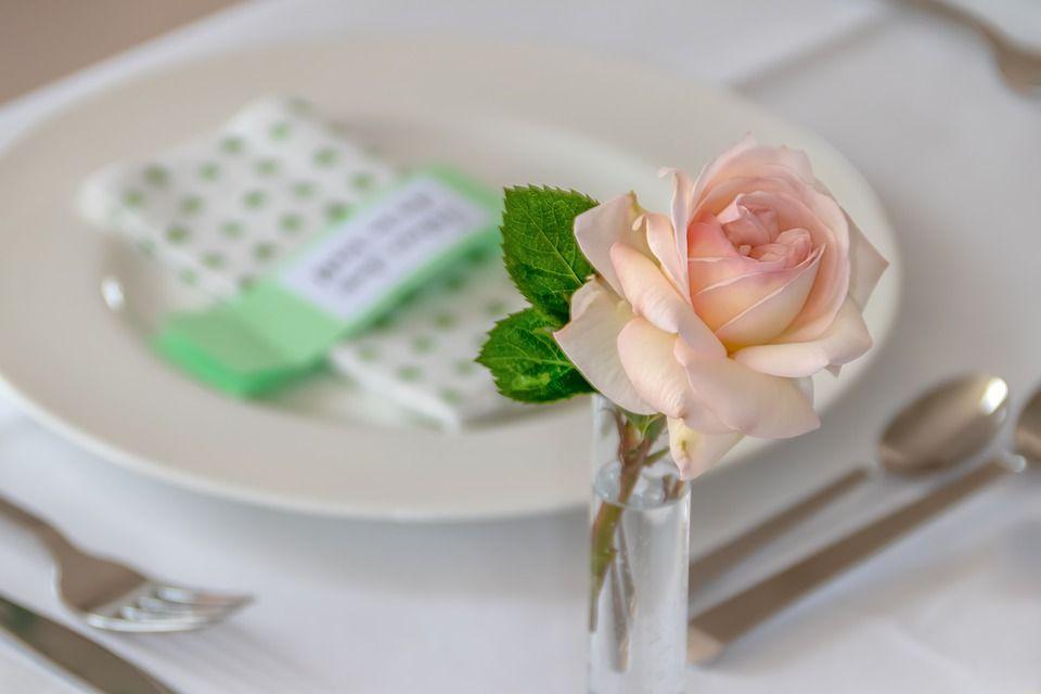 nakrycie stołu, talerz ozdobiony różą